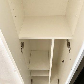 高さ調節可能な靴棚です。