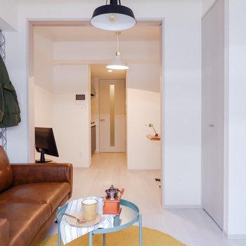 扉を開けていると奥行きがあり、広く使えますね。※家具はサンプルです