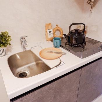 シンクに備え付けの板を掛けて、調理スペースが確保できます。※家具はサンプルです