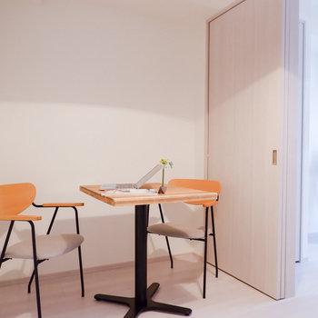 カフェテーブルやデスクが置ける広さあります。※家具はサンプルです