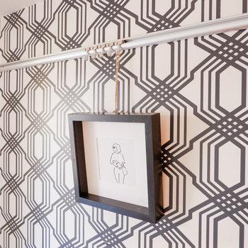 ピクチャーレールもあり、この壁一面ギャラリーのように。※家具はサンプルです
