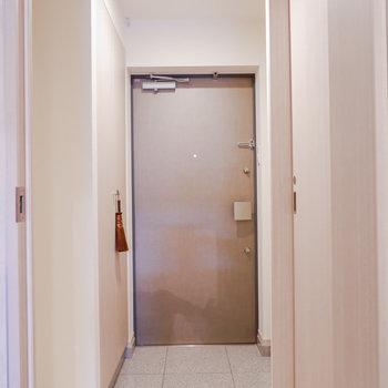 玄関廊下は幅がありますね。※家具はサンプルです