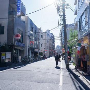 落ち着いた雰囲気の商店街です。少し行くと飲食店などありました。