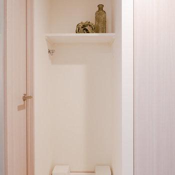 洗濯機置き場上に洗剤など置ける棚があります。※家具はサンプルです