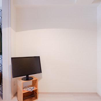テレビコードはこちらの壁にあります。※家具はサンプルです