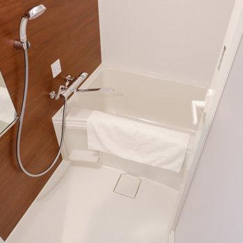 浴室は1人暮らしには十分なサイズ感です。※家具はサンプルです