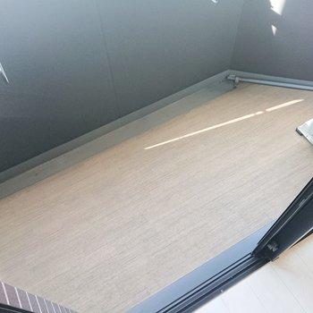 バルコニーもコンパクトなんです。※写真は2階の同間取り別部屋のものです