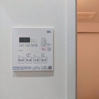 浴室乾燥機も付いていますね。雨の日に役立ちますよ。※写真は2階の同間取り別部屋のものです