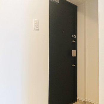 玄関扉は品のある黒。気品があるなぁ。※写真は2階の同間取り別部屋のものです