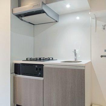 こちらがキッチン。こぢんまりとしています。※写真は2階の同間取り別部屋のものです