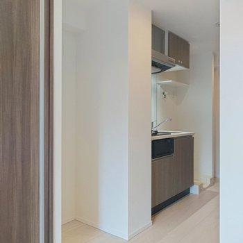 キッチン横にはスペース。ちょっと大きな冷蔵庫が入りそうです。※写真は2階の同間取り別部屋のものです