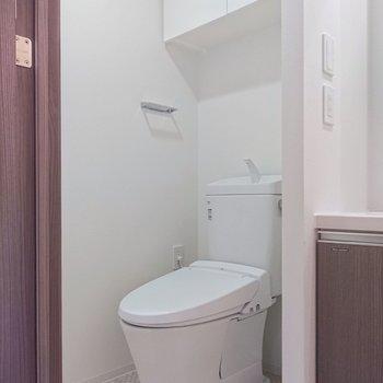 同室内にトイレ。温水洗浄便座付きですね。※写真は2階の同間取り別部屋のものです