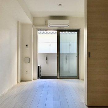白色を基調とした内装。※写真は1階の同間取り別部屋のものです