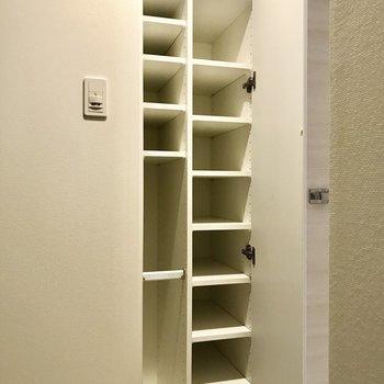傘立て付きの靴箱ですね。※写真は1階の同間取り別部屋のものです