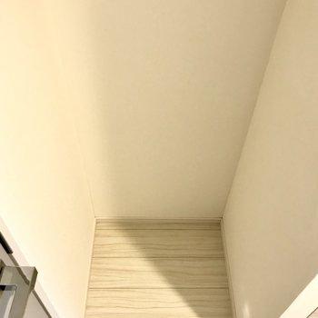 キッチン隣の冷蔵庫置き場。※写真は1階の同間取り別部屋のものです