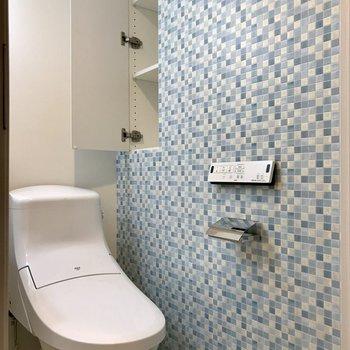 トイレにもタイル式のクロスが。※写真は1階の同間取り別部屋のものです