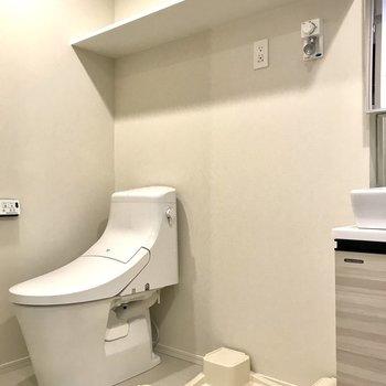 トイレが同室です。頭上に大きめの棚があります。