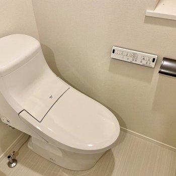ウォシュレット付きのトイレ。シルエットがかっこいい。