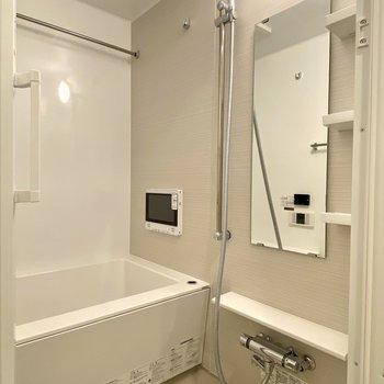 落ち着いた色味の浴室には浴室乾燥や浴室暖房機能も付いていて冬場も安心。