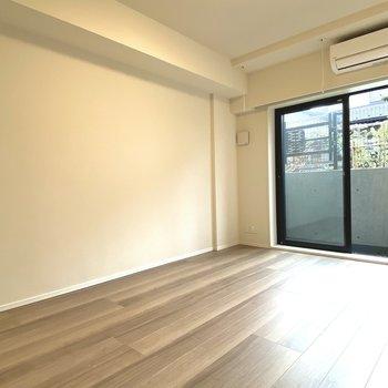 シンプルで広々とした居室。床でゴロゴロしたい。