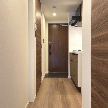 キッチンは廊下に。玄関も広々。