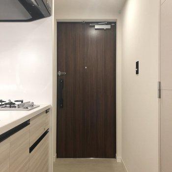 玄関扉は落ち着きのあるダークブラウン。