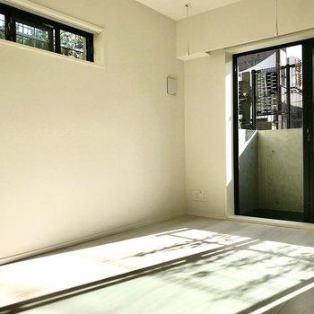 小窓つき。二面採光なんです。