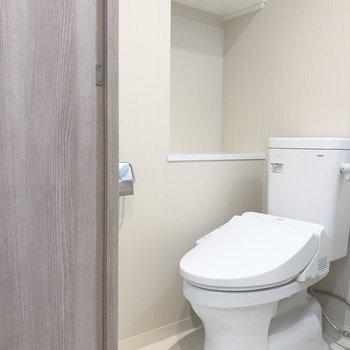 トイレは横のスペースに紙類のストックを置いておけそうですね。