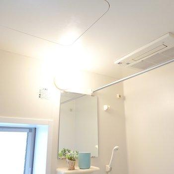 浴室乾燥機付きなので洗濯物はこちらで干せます。(※写真は3階の反転間取り別部屋、モデルルームのものです)