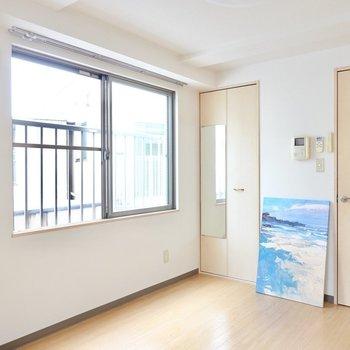 サイドの窓の横には、姿見付きのクローゼット。(※写真は3階の反転間取り別部屋、モデルルームのものです)