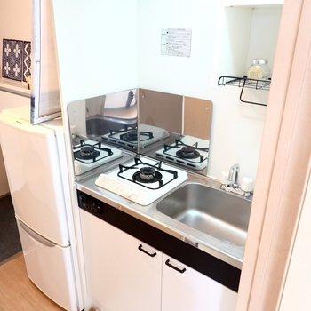 水切りラック付きのミニキッチン。(※写真は3階の反転間取り別部屋、モデルルームのものです)