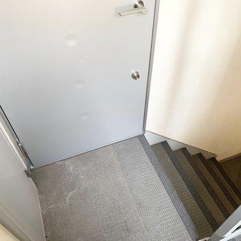 玄関を出てすぐ階段です。開閉注意!