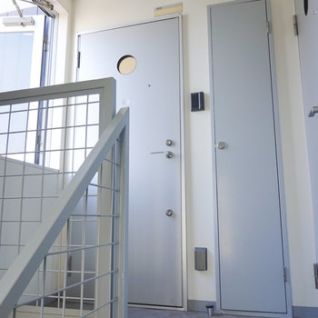 階段を上がってすぐ正面がお部屋です。