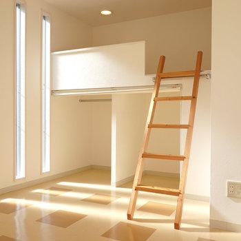 奥のスペースはロフトベッド!3本の縦のガラス窓こら明るい光が。