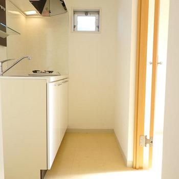 キッチンスペースは玄関のすぐ隣に。