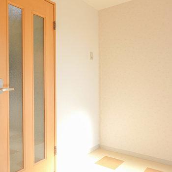 冷蔵庫はドアを入って左手の洋室内に置けます。