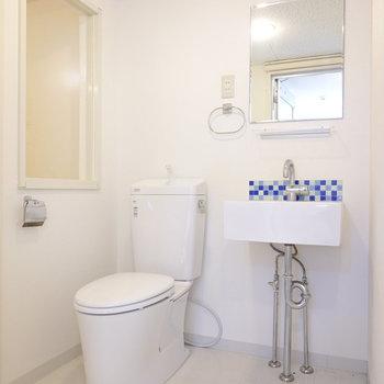 ミニマルな洗面台とトイレがオシャレな空間。
