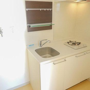 便利なツールフックが備え付き。左は冷蔵庫置場ではなく、洗濯機置場。