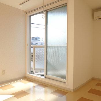 洋室は約7.5帖。入って正面には窓があり、意外と明るい。