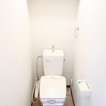 おトイレは嬉しいウォシュレット付き◎こちらにも棚があります。