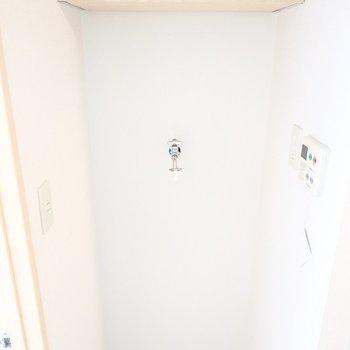左側には洗濯機置き場。洗剤を置ける棚付きです。