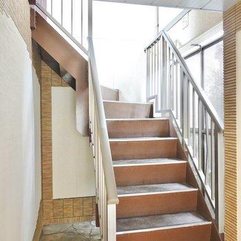 エントランスを抜けて正面にある階段を登ってお部屋へ。