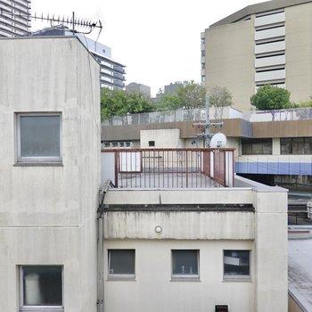 ベランダからの眺めはお隣さんの屋上。