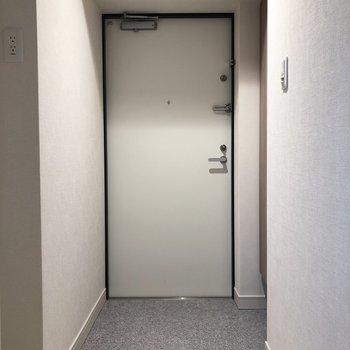 玄関もシンプルにまとまっています。