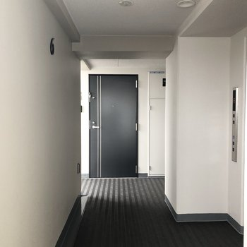 階段・エレベーター上がってすぐのお部屋です。