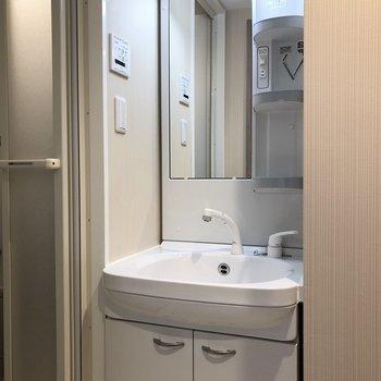 浴室出てすぐに洗面台があります。