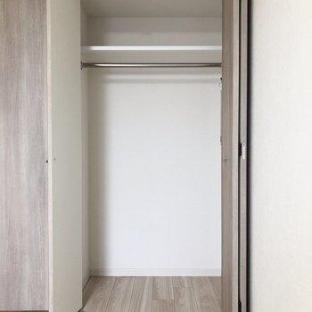 ここから収納の紹介です!こちらは扉横、お洋服など掛けられますね。