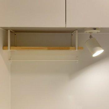 【イメージ】吊り棚の下にはちょっとした小物置きをプラス。こういう棚、あると便利ですよね!