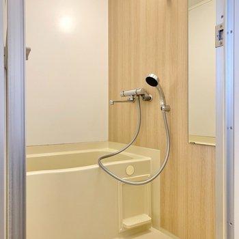 【イメージ】浴室は既存利用ですが、写真のように水栓交換+木目調のシート張りを施します。