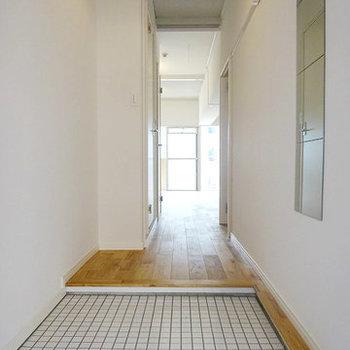【イメージ】玄関は白タイルで明るい雰囲気に。